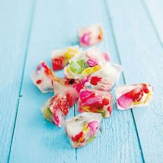 Flavored Ice Cubes Flower ice cubes flower ice cubes fruit ice cubes ice cubes from the garden Fruit Ice Cubes, Flower Ice Cubes, Food Styling, Fruit Parfait, Gin Tonic, Mothers Day Brunch, Ice Ice Baby, Edible Flowers, Fruit Recipes