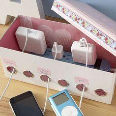 Boite à chaussures transformée en station pour recharger les téléphones
