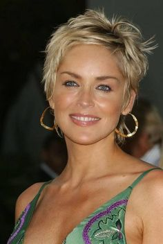 Sharon Stone in Is she married or dating a new boyfriend? Does Sharon Stone have tattoos? Sharon Stone Hairstyles, Short Spiky Hairstyles, Mom Hairstyles, Short Hairstyles For Women, Short Haircuts, Curly Hairstyle, Sharon Stone Short Hair, Brown Hairstyles, Haircut Short