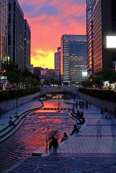Pôr-do-sol em Seul, com o rio Cheonggyecheon, Coréia do Sul. Fotografia: 하늘나무님의 포토갤러리