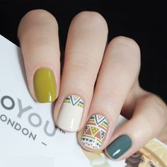vernis a ongles nail art vert blanc beigne motif ethnique traits tendance mode automne hiver 2018 2019 nail polish nail art green white donut ethnic pattern features trend fashion fall winter 2018 2019 Spring Nail Art, Spring Nails, Tribal Nails, Chevron Nails, Fall Nail Art Designs, Nails 2018, Trendy Nail Art, Nail Swag, Super Nails