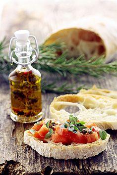 Ciabatta con olio d'oliva extra-vergine, pomodori e basilico