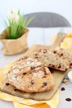 Met 6 ingrediënten maak je zelf brood zonder te kneden. Dit cranberry notenbrood kan niet mislukken. Probeer dit brood recept snel eens uit! #ontbijt #nokneadbread Pasta Recipes, Bread Recipes, Bread Cake, Bagel, Crackers, Breakfast Recipes, Sandwiches, Food Porn, Food And Drink