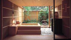 Un jacuzzi extérieur en bois japonais