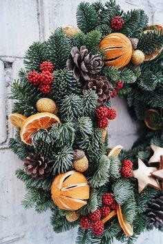 Christmas Flower Decorations, Christmas Flower Arrangements, Christmas Door Wreaths, Christmas Flowers, Christmas Mood, Outdoor Christmas, Christmas Crafts, Luxury Christmas Decor, Christmas Interiors