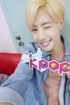 Mark MCing Simply Kpop 160506 <yes, I also thought he's naked; no, he is not>