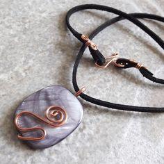 colar com pingente em fio de cobre e madrepérola preta com cordão de camurça sintética
