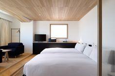 土間にベッドが置かれており、土間から、ソファや浴室へ移動。不思議で新鮮でありながら、懐かしい雰囲気のあるお部屋です。
