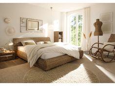Bett Barika Kubu Grey von massivum.de  Die Kombination aus sanften Weiß-Tönen und natürlichem Kubu Rattangeflecht schafft eine angenehme Schlaf-Atmosphäre. Schöne Träume sind im Rattanbett Barika garantiert: