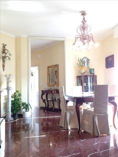 Sala da pranzo classica con mobili antichi