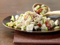 Hähnchen-Nudelsalat - mit Pinienkernen und Basilikum - smarter - Kalorien: 635 Kcal - Zeit: 20 Min. | eatsmarter.de