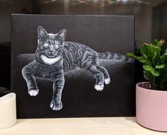 """Commande de peinture sur toile : le chat """"Skitty"""" à peindre en noir et blanc !  Peinture sur toile 46 cm x 38 cm en acrylique. Pastel, Creations, Animals, Black And White, Toile, Cat Breeds, Drawing Drawing, Cake, Animales"""