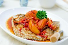 [Indonesian Recipes] Ikan Bawal Kecap - Fried Fish with Sweet Soy Sauce Vietnamese Recipes, Asian Recipes, Healthy Recipes, Ethnic Recipes, Vietnamese Food, Easy Recipes, Indonesian Cuisine, Indonesian Recipes, Slow Food