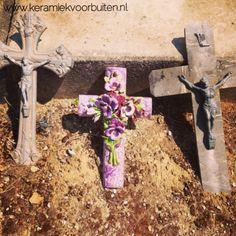 Kruis van keramiek versierd met bloemen van keramiek in Zuid Frankrijk Cemetery Flowers, Famous French, Ceramic Flowers, Porcelain, Handmade, Hand Made, Porcelain Ceramics, Craft, Ceramics