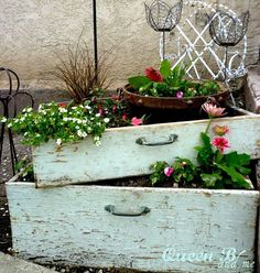 Vertical Gardens Instead of clothes, uses rustic dresser drawers to hold your flowers. Stack two (or more!) on top of each other to turn it into a vertical garden. - You're going to want a bathtub, bicycle, and birdcage ASAP. Rustic Gardens, Outdoor Gardens, Unique Gardens, Outdoor Projects, Garden Projects, Dream Garden, Garden Art, Garden King, Garden Design