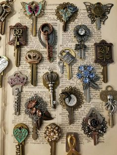 DIY Jewelry Tutorial: How to Make a Necklace with a Skeleton Key and Be. - DIY Jewelry Tutorial: How to Make a Necklace with a Skeleton Key and Beads Key Jewelry, Jewelry Art, Jewelry Making, Jewellery, Old Key Crafts, Fun Crafts, Vintage Jewelry Crafts, Handmade Jewelry, Vintage Keys