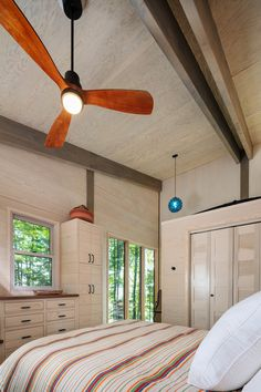 Tomahawk Lake Residence on Behance Small Cabin Designs, Modern Small House Design, Modern Lake House, Modern Bungalow House, Modern Mountain Home, Modern Style Homes, Metal Building Homes, Building A House, Small Prefab Homes
