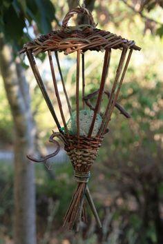 Bird Feeder Craft, Bird Feeders, Willow Weaving, Basket Weaving, Baskets On Wall, Wicker Baskets, Garden Crafts, Garden Art, Newspaper Crafts
