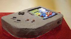 """Die Füllung des """"Gameboy Cake"""" besteht aus versenktem Birnenkuchen in einen dunklen Schokoladenbett. Den Bildschirm ziert Super Mario!"""
