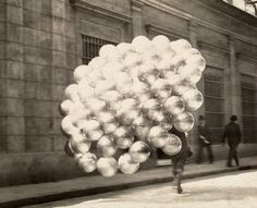 An Argentinian balloon vendor sells his wares in Buenos Aires, November 1921 (N.W. Gulick).