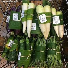 YES YES YES It's happening! These are pictures from a supermarket in Ubud. Plastic free vegetables wrapped in banana leaf🥕🥬🍌🌱 Did you… Organic Packaging, Fruit Packaging, Food Packaging Design, Ubud Bali, Vegetable Packaging, Vegetable Shop, Supermarket Design, Bulk Food, Produce Bags