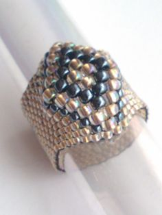 Goldene Perle Ring Beadwoven Ring - Boho Schmuck - Samenperle - Perlen - Perlen Ring   Dies ist ein schönes Peyote-Ring. Ich habe die japanischen Rocailles in Gold ausgekleidet metallisch Hämatit verwendet. Flexible Band Ring, dreizehn Zeilen breit.  Größe 8: 2 1/4 Zoll oder 5,7-5,8 Zentimeter (cm)  Ich mache :) Ringe in allen Größen Wenn Sie die Größe Ihres Fingers nicht kennen, verwenden Sie einen dünnen Streifen Papier, das Sie um Ihren Finger wickeln (stellen Sie sicher, das Papier i...