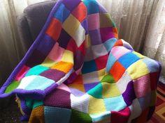 Manta confeccionada a ganchillo con lana de colores | Aprender manualidades es facilisimo.com
