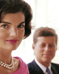 This wonderful photo shows Jackie Kennedy in happier times back in Jackie and John Kennedy on August 1959 Source: Histolines Jacqueline Kennedy Onassis, John Kennedy, Estilo Jackie Kennedy, Les Kennedy, Jaqueline Kennedy, Familia Kennedy, Belle Photo, Lady, Style Icons