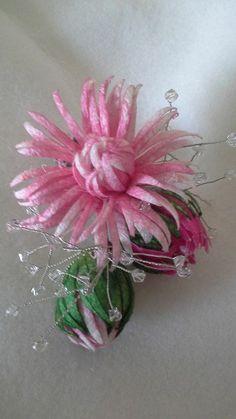 Felt Flowers, Crochet Flowers, Paper Flowers, Felt Art, Handmade Flowers, Knitted Hats, Knitting Patterns, Diy Crafts, Embroidery