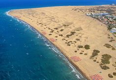 The Maspalomas Dunes are sand dunes located on the south coast of the island of Gran Canaria, Province of Las Palmas, in the Canary Islands Grand Canaria, Beautiful Beach Pictures, Beautiful Places, Paradise Places, Costa, Honeymoon Spots, Rock Pools, Beaches In The World, Destin Beach
