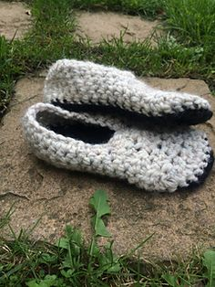 Free crochet pattern! These super chunky and cozy slippers work up very quickly! You can use 2 colours as shown in the pictures, or you can keep them one solid colour.