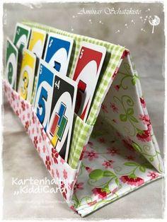 Kartenhalter KiddiCard aus Stoff. Eine Nähanleitung mit Schnittmuster von shesmile. Ideal für Unterwegs oder Zuhause. Aufgeklappt, zusammengesteckt, Spielkarten aus der intgegrierten Tasche rausgeholt und schon kann die Spielpartie losgehen. Ergebnis
