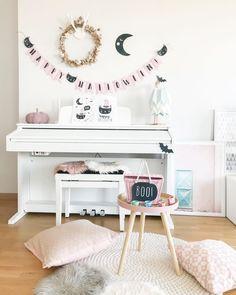 Decoracion de halloween en pastel Pastel, Nordic Home, Halloween, Vanity, Mirror, Instagram, Furniture, Home Decor, Painted Makeup Vanity