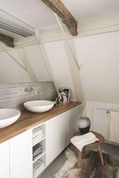Idée de salle de bain blanche, plan de travail en bois, vasques posées et poutres apparentes. Importé par Lyrn sur Kozikaza