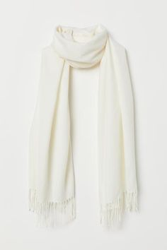 Scarf in soft woven fabric with fringe at short sides. Woven Scarves, Winter Mode Outfits, Fall Outfits, World Of Fashion, Fashion News, Winter Fashion Outfits, Fashion Company, Classy Outfits, Tumblr Outfits
