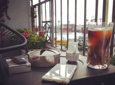 ICE Coffee Time ️️ oder auch der Moment, bevor es wieder anfing zu regnen.Diese Wetter-Wankelmütigkeit, schwierig  #balcony #balkon #blooms #coffee #coffeelover #coffeetime #decor #decoration #details #elbe #flowers #Hamburg #hh #home #icecoffee #kaffee #living #myview #view