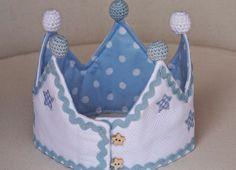 Para el interior una tela celeste con topitos blancos. Felt Crown, Ideas Prácticas, Princess Tiara, Child Face, Tiaras And Crowns, Childrens Party, Fancy Dress, Hair Accessories, Sewing
