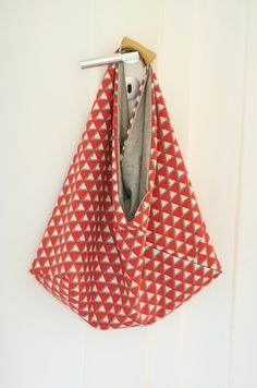 Crazy for bento bags — The Sewcial Circle: sewing for young designers Sewing Projects For Kids, Sewing Crafts, Triangle Bag, Origami Bag, Diy Sac, Japanese Bag, Diy Mode, Craft Bags, Fabric Bags