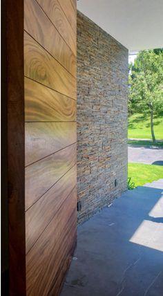 Puerta principal fabricada en madera sólida de parota con estructura interna de PTR.