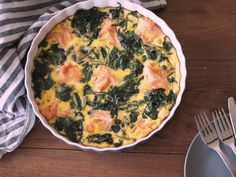 Luie Spinazie Zalm Frittata | Flying Foodie.nl Carb Free Recipes, Healthy Diet Recipes, Healthy Cooking, Great Recipes, Dinner Recipes, Healthy Food, Salmon Dishes, Fish Dishes, Omelette