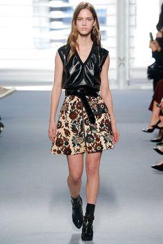¿NADA QUE PONERTE? Mezcla un top de lamé con una minifalda floral y añade accesorios en charol. Así lo dice el otoño de Louis Vuitton.