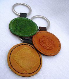 Porte clés à motif A €4.90 Superbes porte clés décorés de divers motifs celtique avec anneau fais en cuir de vachette de grande qualité. Ces porte clés mesurent environ 4 centimètres de diamètre sans la patte ni l'anneau. N'oub... http://facebook.com/maroquinerieartisanalelasensationducuir/app/251458316228/?~~id=77440783&~~mode=product&~~ts=1486218515182