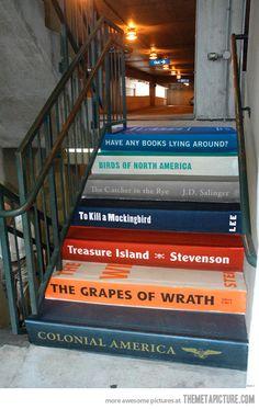 Acho que toda escadaria de biblioteca podia ter um toque criativo assim!