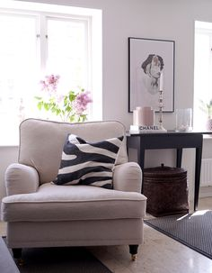 Vit howardfåtölj Lejonet. Mässing, howard, fåtölj, möbler, inredning, vardagsrum, sovrum. http://sweef.se/fatoljer-puffar/89-lejonet-fatolj-howard.html