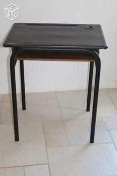 Bureau ancien d'écolier table avec encrier