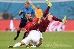 サッカーW杯ブラジル大会(2014 World Cup)グループG、米国対ポルトガル。米国のカイル・ベッカーマン(Kyle Beckerman、下)と競り合って倒れるポルトガルのラウル・メイレレス(Raul Meireles、2014年6月22日撮影)。(c)AFP/FRANCISCO LEONG ▼23Jun2014AFP|ポルトガル、終了間際の同点弾で敗退決定免れる http://www.afpbb.com/articles/-/3018399 #United_States_Portugal_group_G #Brazil2014