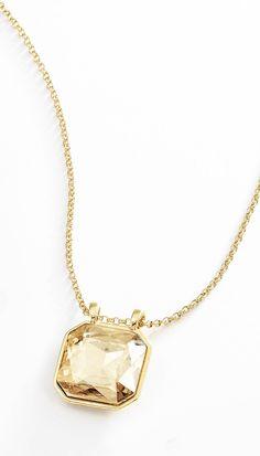 Cadena en 4 baños de oro de 18 kt con dije de cuadrado con piedra cristal de color ambar. Modelo 415394.