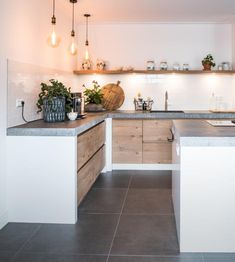 Beautiful rustic oak kitchen with a natural stone top .-Prachtige rustieke eiken keuken met een natuurstenen blad gemaakt door NB Interi… Beautiful rustic oak kitchen with a natural stone top made by NB Interi … # Oak - New Kitchen, Kitchen Dining, Kitchen Decor, Kitchen Modern, Kitchen Ideas, Kitchen Cabinet Doors, Kitchen Cabinets, Küchen Design, House Design