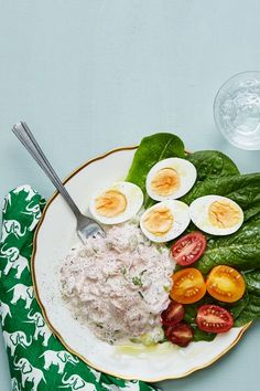 A keto meal in fifteen minutes? Creamy tuna salad served on crisp lettuce accompanied by eggs cooked to perfection and some tomatoes to brighten the plate. So easy. So tasty. So keto. Dairy Free Recipes, Egg Recipes, Salmon Recipes, Lunch Recipes, Diet Recipes, Healthy Recipes, Healthy Foods, Keto Tuna Salad, Egg And Grapefruit Diet
