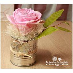 Utilisation d'une petite boite de conserve sous forme de vase avec un cœur en écorce de bouleau. Un marque place original.